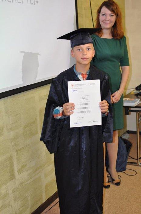 fotografii s ceremonii nagrazhdenija diplomami yle tests uchenikov elc5